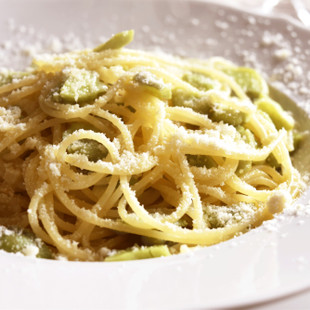 スパゲティー二 ソラマメのペペロンチーノ パルミジャーノ添え