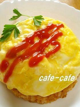 オムライスは卵にケチャップライスをのっけ