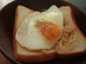 + アンチョビ風味の目玉焼きトースト +