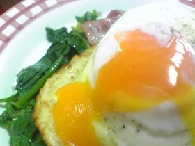 朝食に!冷凍ハッシュドポテトの半熟卵のせ