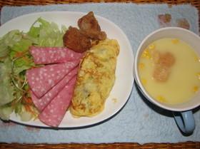 ドライカレー入りオムレツのある朝食