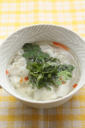 大葉とパクチーのワンタンスープ