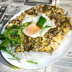 あかもく炒り卵+目玉焼きのカフェ丼