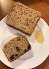 天然酵母パン。ライ麦や蕎麦粉を使用