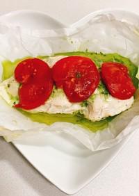 鶏胸肉とトマトのバジルソース包み焼き