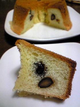 黒豆が真ん中にあるシフォンケーキ