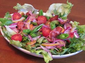 ベーコンとそら豆と水菜とレタスのサラダ