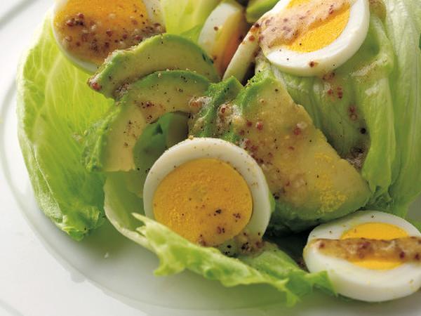 ゆで卵とアボカドとレタスのサラダ