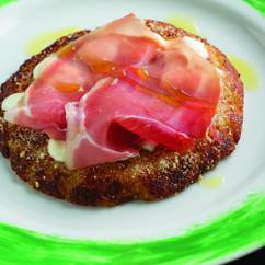 じゃがいもとモッツァレラ・チーズのトルティーノ 生ハムを添えて