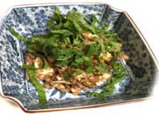 鶏ササミとそばの実の梅肉和え の写真