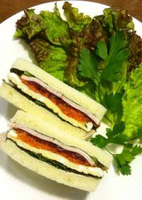 ハム、卵、赤からし菜のサンドイッチ