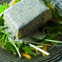 豆腐のサラダ黒ごまのドレッシング