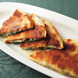 きのこ、サラミ、タレッジョ・チーズのクレッショーニ