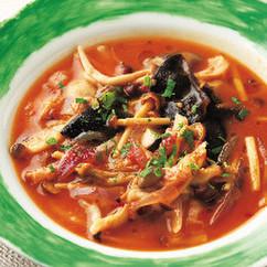 具だくさんのきのこ、トマト、赤玉ねぎのスープ