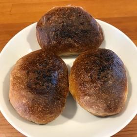 天然酵母の丸パン。全粒粉とライ麦使用。