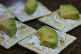 簡単^^アボカドとチーズのカナッペ
