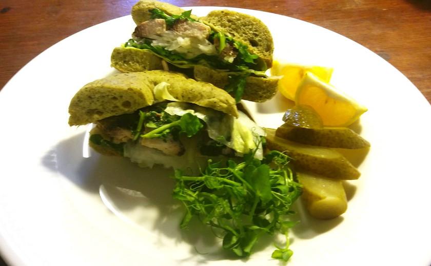 新玉葱たっぷりの炙り〆鯖サンドイッチ