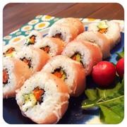 サーモンとアボカドの生ハム巻き寿司の写真