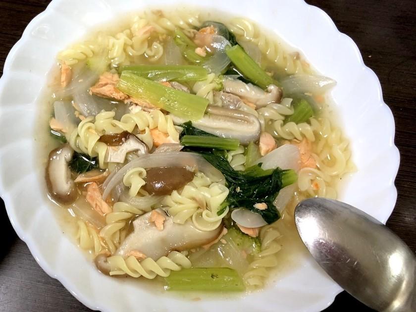 鮭と野菜きのこのコンソメスープパスタ