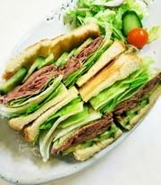 サンドイッチパンでローストビーフサンドの写真