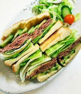 サンドイッチパンでローストビーフサンド
