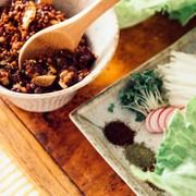 納豆と辣肉味噌のレタス包みの写真