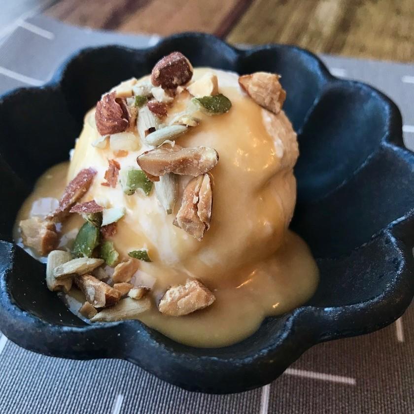 バニラアイスのあま酒ピーナッツソース
