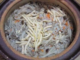 釜揚げしらすと茸の土鍋炊き込みご飯