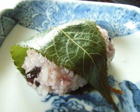 甘納豆赤飯で甘さ控えめ桜餅風♪