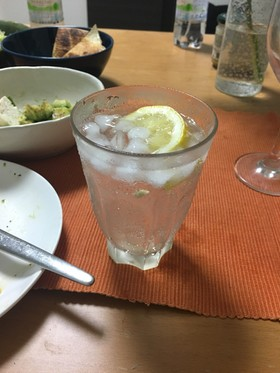 焼酎の炭酸とレモンのカクテル