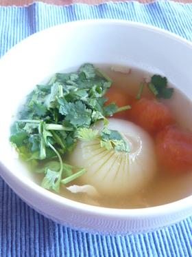 丸ごと新玉ねぎ&トマトのスープ香菜仕立て