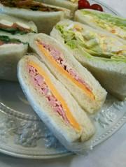 お弁当 ハムとチーズのサンドイッチの写真