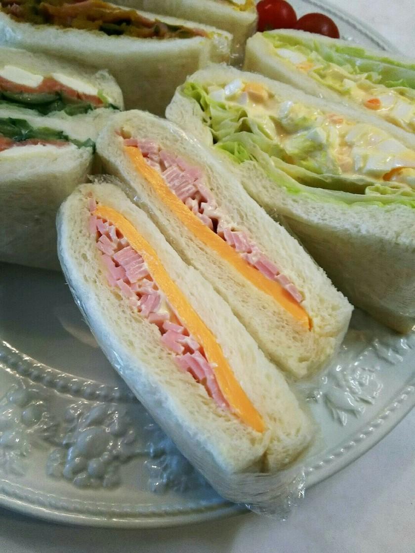 お弁当 ハムとチーズのサンドイッチ