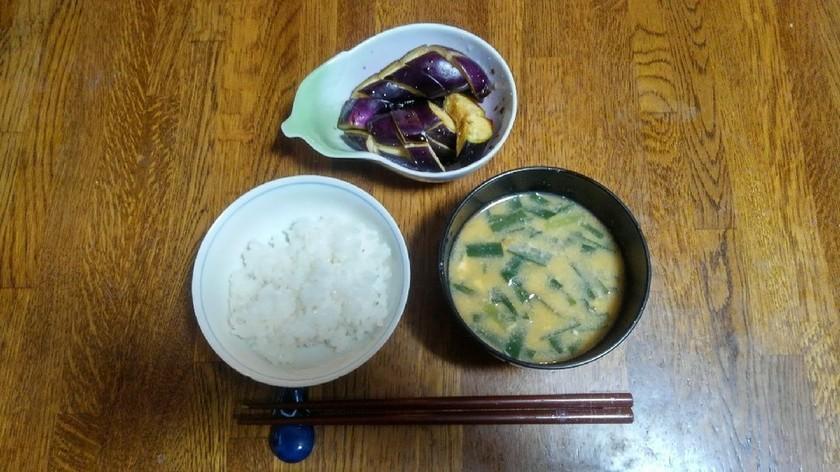 白米と味噌汁に茄子の糠漬け。