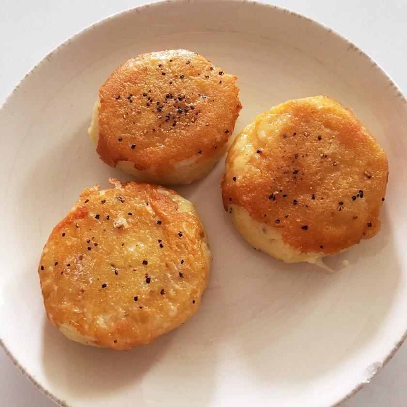 お弁当に最適!余ったポテサラでチーズ芋餅