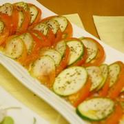 トマトとズッキーニのカルパッチョ風サラダの写真