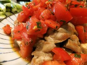 チキンステーキのトマト大葉ソースがけ