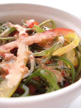 刻み昆布とパプリカのピリ辛ごまサラダ