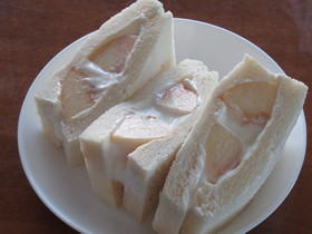 白桃のヨーグルトクリーム フルーツサンド