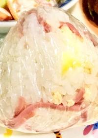 鮭フレークとハムとチーズのラップおにぎり
