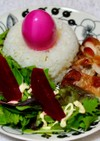 ピンクの茹で卵と照り焼きチキンのワンプレ
