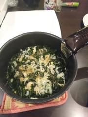 わかめを食べる納豆あさりスープの写真
