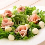 ひとくちモッツァレラと生ハムのサラダの写真