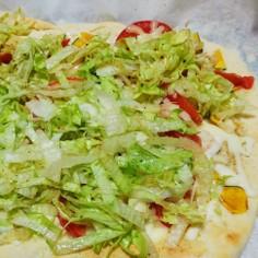 味付けはハーブソルトで簡単、サラダピザ
