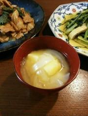 定番!玉葱とじゃがいもの味噌汁の写真