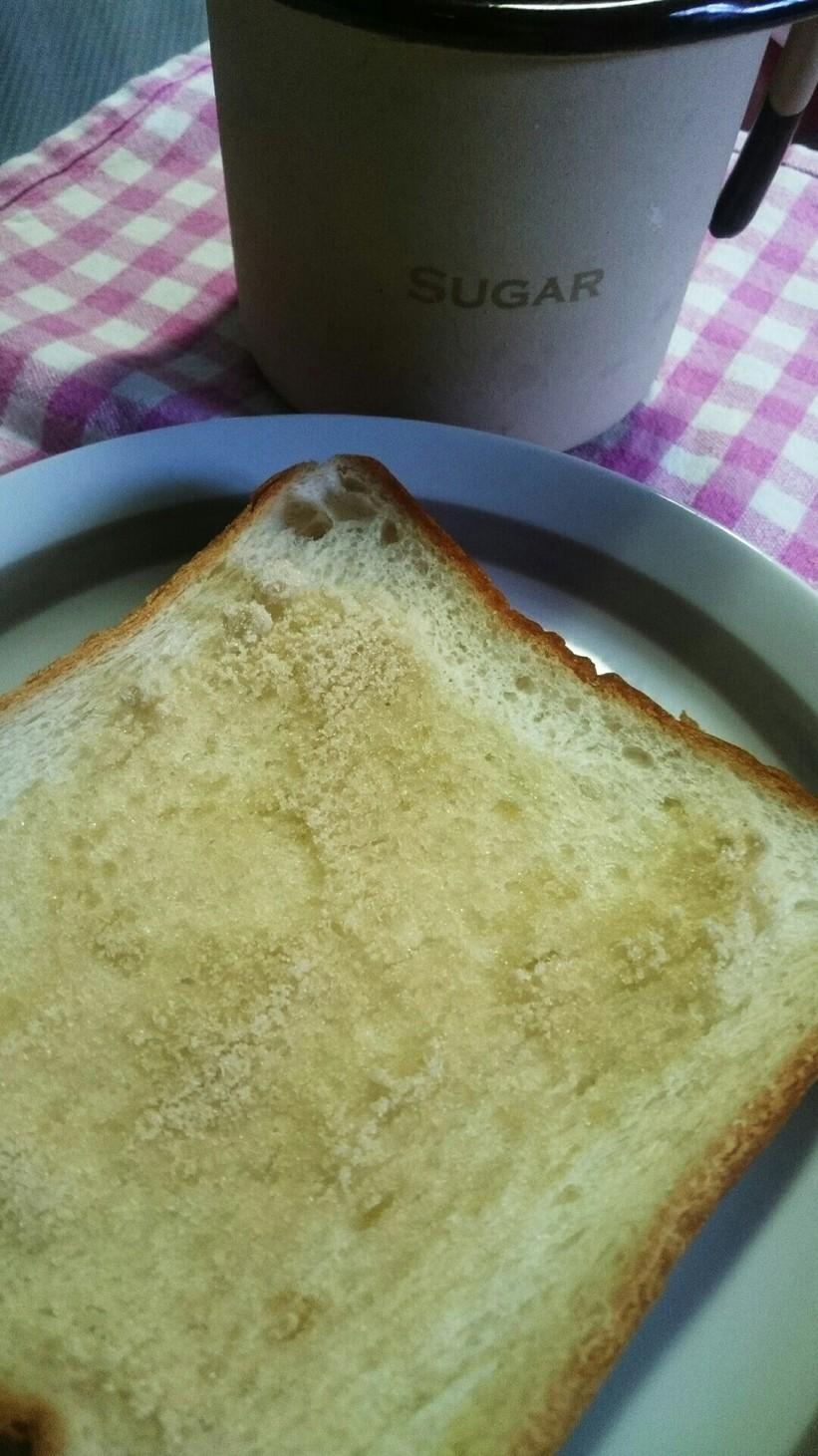 食パンにサッとかけた砂糖さん