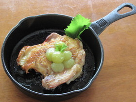 鶏もも肉の塩レモンソテーマスカットソース