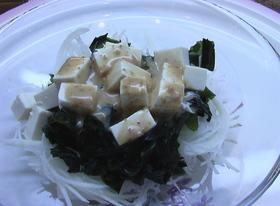 金のごまだれで食べる豆腐わかめ大根サラダ