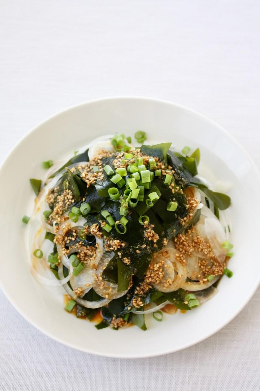 簡単サラダ【生わかめと玉ねぎのサラダ】