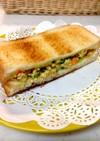健康的な焼き豆腐とツナのカレー味サンド